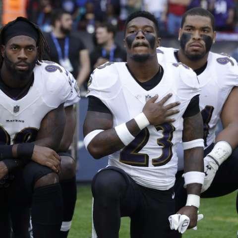 Jugadores se arrodillan en señal de protesta. Foto: AP