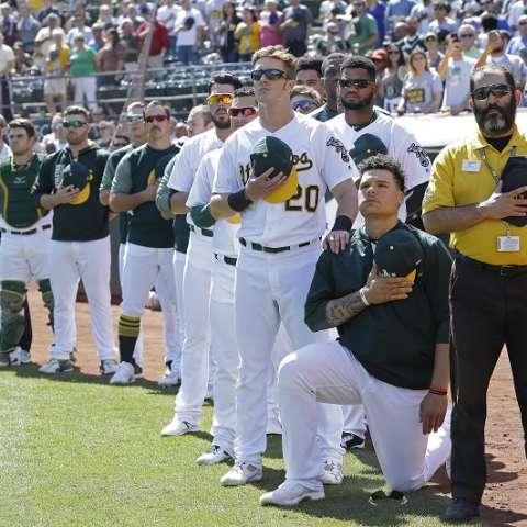 Bruce Maxwell se arrodilló este domingo en señal de protesta  /AP