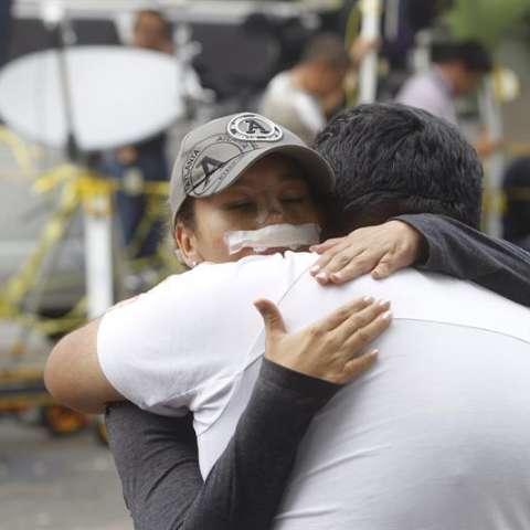 """Los familiares de las personas atrapadas por el sismo ocurrido en México el 19 de septiembre permanecen sumidos en una agónica incertidumbre mientras reciben información """"a cuentagotas"""" y lidian con los rumores que circulan. EFE"""