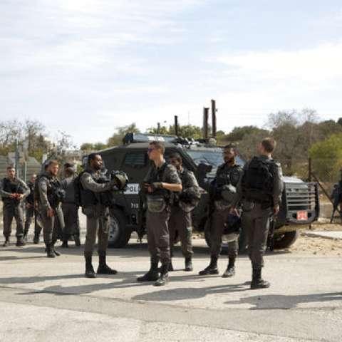 Los agentes de seguridad israelíes están cerca de un punto de control en la entrada del asentamiento de Har Adar, cerca de Jerusalén. /  Foto: AP