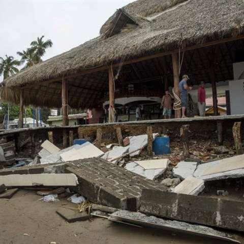Vista de un restaurante destrozado por las olas debido las fuertes lluvias durante el paso de la tormenta Nate, en la bahía de San Juan del Sur, ciudad de Rivas, a unos 140 kilómetros al oeste de Managua (Nicaragua). EFE
