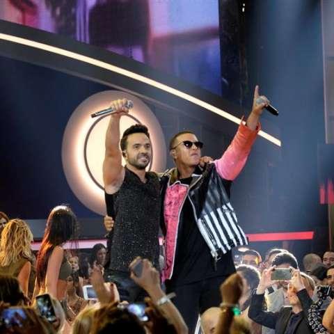 En la imagen, los cantantes Luis Fonsi (i) y Daddy Yankee (d). EFE/Archivo
