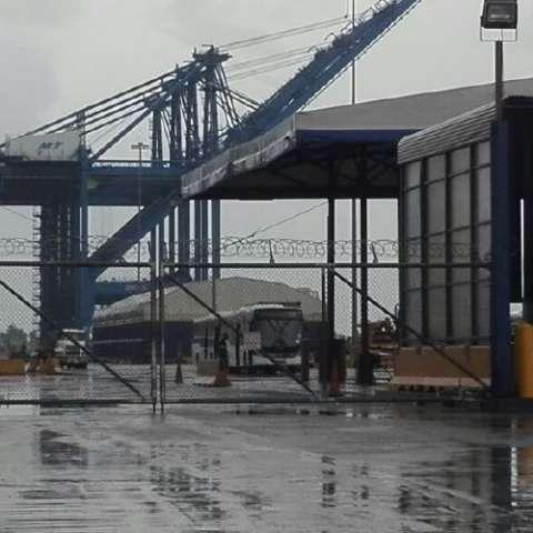 Metrobuses en puerto. Diómedes Sánchez