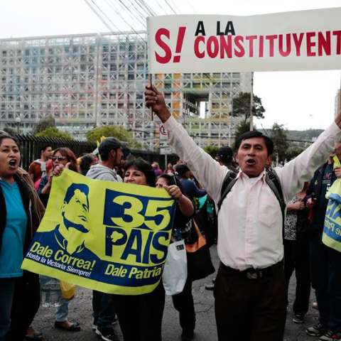 Seguidores del vicepresidente de Ecuador, Jorge Glas, protestan a las afueras de la Corte Nacional de Justicia (CNJ, Supremo) de Ecuador luego de que el organismo negara el recurso de hábeas corpus solicitado por GlaS. /  EFE