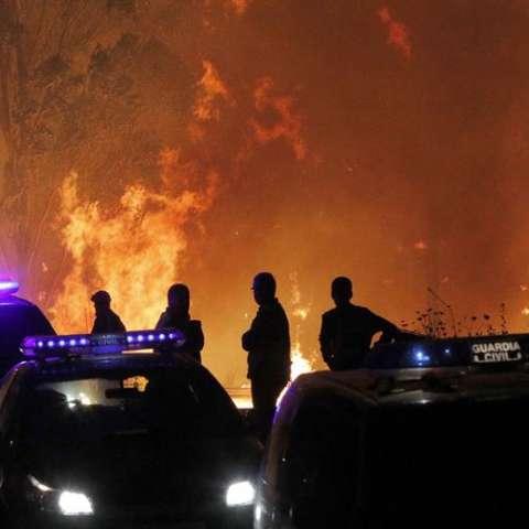 La Guardia Civil impide el acceso a la parroquia de Chandebrito donde dos personas murieron calcinadas en el incendio que mantiene aislada esta localidad pontevedresa. EFE