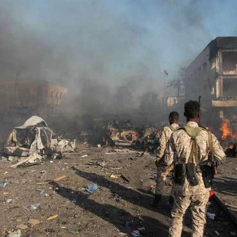 Los soldados somalíes miran la escena de una explosión masiva frente a Safari Hotel en la capital, Mogadishu, Somalia. EFE