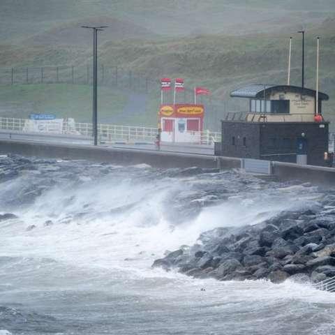 Fuerte oleaje en la costa del Condado de Clare, Irlanda hoy, 16 de octubre de 2017. EFE