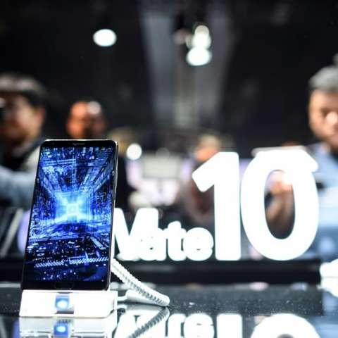 arios visitantes prueban los teléfonos Huawei Mate 10 y el Mate 10 Pro, durante su presentación oficial en Múnich, Alemania. EFE
