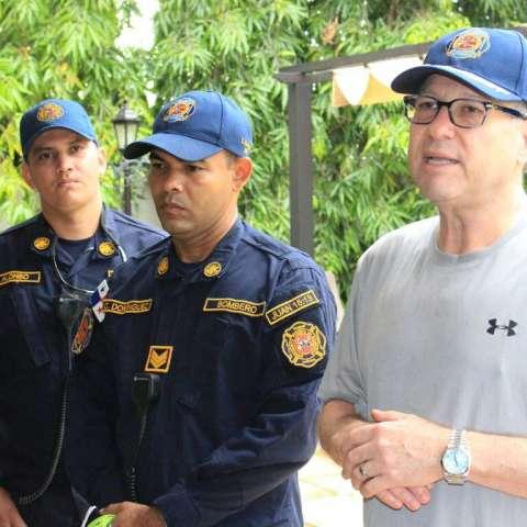 Manuel Cohen, mayor del benemérito Cuerpo de Bomberos, conversa con parte del equipo bomberil herrerano/ Cortesía