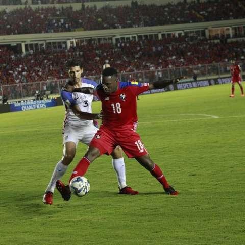 Luis Tejada juega (d) en el  Universitario de Deportes en Perú. Foto: Anayansi Gamez