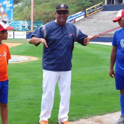 Elpidio Pinto, instructor de 'pitchers', da instrucciones. Foto: Cortesía Fedebeis
