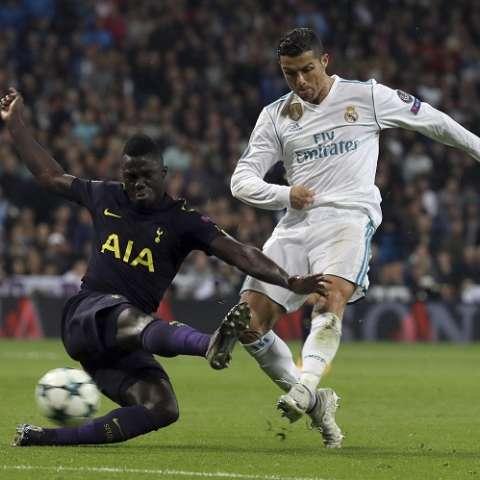 Cristiano Ronaldo disputa el balón con Serge Aurier (i) del Tottenham. Foto:  EFE