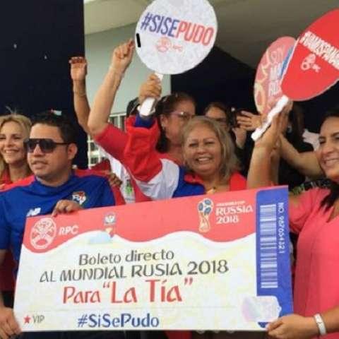 Elida recibió hoy su  boleto al Mundial de manos de David Samudio y Miguel Ángel Remón. Foto: RPC