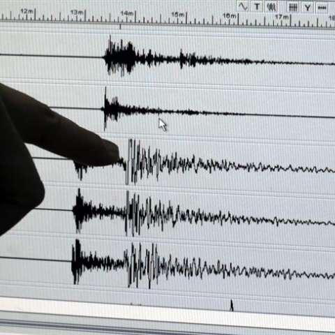Un investigador filipino señala la actividad sísmica registrada durante un terremoto de 6,3 grados de magnitud en la escala abierta de Richter. EFE/Archivo