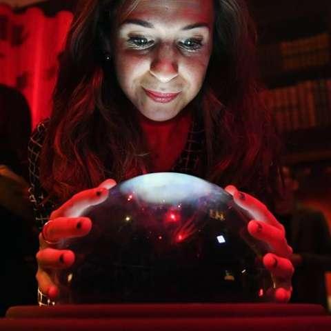 """Una visitante observa objetos de la exposición """"Harry Potter: historia de la magia"""", organizada para celebrar el 20 aniversario de la publicación del primer libro de la saga, en la Biblioteca Británica en Londres. / EFE"""