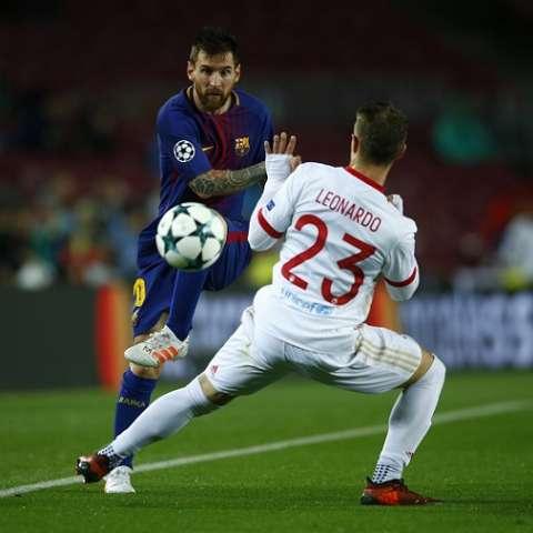 Lionel Messi domina el balón durante el partido ante el Olympiacos. Foto: AP