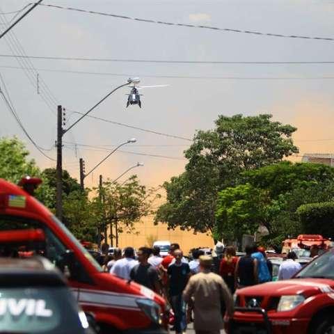 Fotografía cedida por el Jornal O Popular que muestra a autoridades mientras acuden a una escuela donde se presentó un tiroteo hoy, viernes 20 de octubre de 2017, en Goiania, capital del estado de Goiás (Brasil). EFE