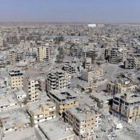 Vista aérea de los edificios dañados en Raqqa, Siria, después de que las Fuerzas Democráticas Sirias dijeran que las operaciones militares para derrocar al grupo Estado Islámico habían terminado. / AP