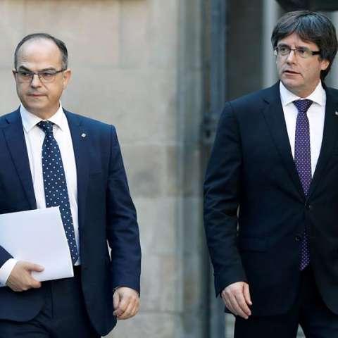 El presidente de la Generalitat, Carles Puigdemont, y el conseller de Presidencia, Jordi Turull (i), esta semana a su llegada a la reunión del gobierno catalán. EFE