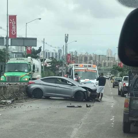 Vista general del accidente de tránsito en la Vía Centenario, a la altura del puente sobre el Corredor Norte en dirección a Panamá Centro. / Foto: TraficoCPanama
