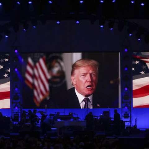 Vistas de la reproducción de un mensaje de video del presidente Donald Trump. / AP