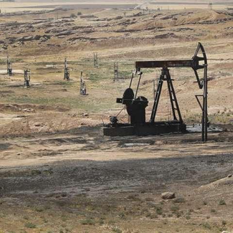 Vista de un yacimiento petrolífero controlado por las Fuerzas Democráticas Sirias (SDF) lideradas por los kurdos en Rmeilan, provincia de Hassakeh, al noreste de Siria. / AP