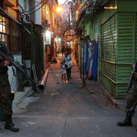 Foto  de archivo del 22 de septiembre de 2017, de policías que realizan un operativo en la favela de Brasil. Una turista española falleció hoy,  por disparos de la policía. EFE