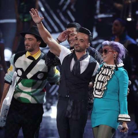 El cantante puertorriqueño Luis Fonsi (c) canta su tema 'Despacito' junto a Bomba Estéreo durante los XVIII Premios Grammy Latinos celebrados en el MGM Grand Garden Arena de Las Vegas, Nevada (EE. UU.).EFE