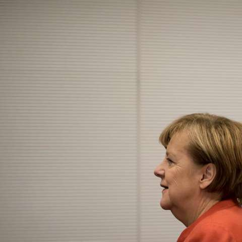 La canciller alemana, Angela Merkel, de la Unión Cristianodemócrata (CDU), a su llegada a una reunión de los grupos parlamentarios en el Bundestag (Parlamento) en Berlín, Alemania, hoy, 20 de noviembre de 2017. EFE
