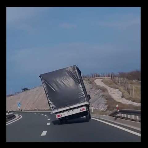 El conductor tuvo que maniobrar para no termina de lado en la vía. /  Captura de video