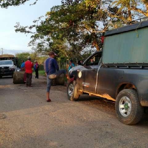 Los enfermos tienen que ser sacados de las comunidades en hamacas, en la comarca Ngäbe-Buglé.  Fotos: José Vásquez/ Víctor Rodríguez