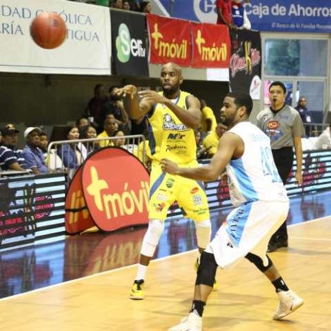 Luis Ibarra (dcha.) fue el héroe del partido.  Foto: Cortesía