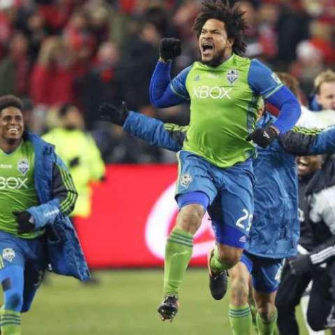 El panameño Román Torres es una pieza clave en el sector defensivo de los actuales campeones de la MLS. Foto:EFE