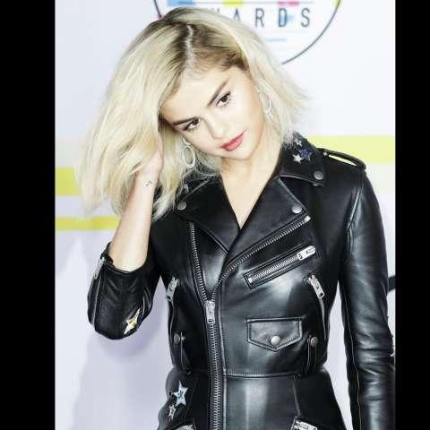 La cantante estadounidense Selena Gomez llega a los American Music Awards 2017 (AMA) en el Microsoft Theater en Los Angeles, California, EE. UU.  /  EFE