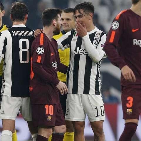 Lionel Messi saluda a Paulo Dybalá al final del encuentro./ Foto AP