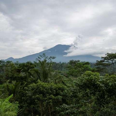 Vista general desde Karangasem del volcán Monte Agung arrojando humo, en Bali, Indonesia. / EFE
