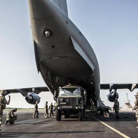 Fotografía facilitada por el Ministerio de Defensa británico que muestra a soldados británicos frente a un avión de transporte de la Fuerza Aérea Británica (RAF). EFEArchivo