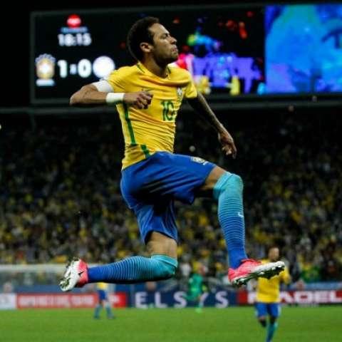 Neymar celebra su anotación con el equipo brasileño. Foto: EFE