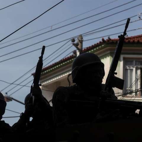 Agentes de la policía y las fuerzas armadas brasileñas durante un operativo en Río de Janeiro (Brasil). EFE/Archivo