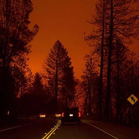 Incluso después de la salida del sol, el humo aún filtraba el sol sobre las áreas quemadas del Paraíso, ya que el Camp Fire arde fuera de control a través de la región, alimentado por fuertes vientos en el condado de Butte, California, EE. UU. EFE