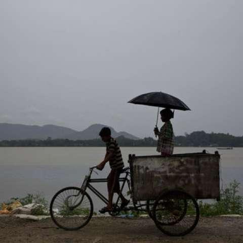 Varios estados del noreste de la India experimentaron lluvias fuertes como efecto del ciclón tropical Mora Que azotó el sur de Bangladesh el martes. /  Foto: AP