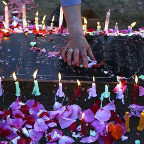 Los musulmanes chiítas de Cachemira encenden velas mientras oran cerca de las tumbas de sus parientes para marcar Shab-e-Barat en las afueras de Srinagar, Cachemira controlada por la India, AP