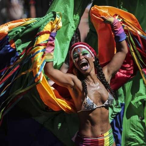 Integrantes del tradicional bloco de las Carmelitas, participan en su desfile por las calles del bohemio barrio de Santa Teresa llevando una multitud de personas a bailar y cantar en la fiesta del carnaval de Río de Janeiro en Brasil. EFE