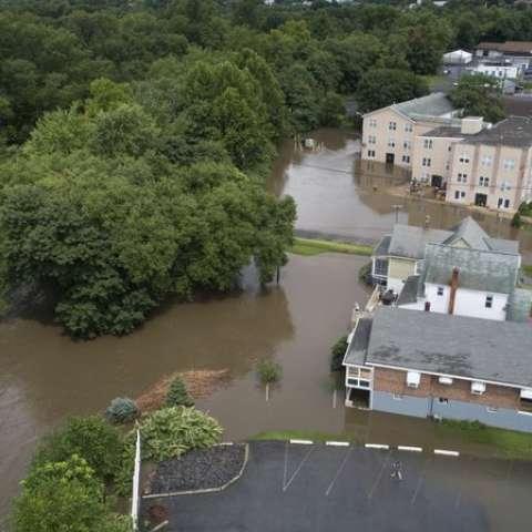 Funcionarios de carreteras estatales y de manejo de emergencias informaron que había numerosas carreteras cerradas en una amplia franja del estado desde Williamsport hasta los suburbios de Filadelfia. AP