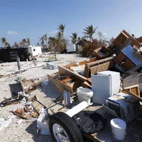 Restos de los remolques dañados y volcados se sientan en el Sunshine Key RV Resort y Marina, en Big Pine Key, Florida. Ap