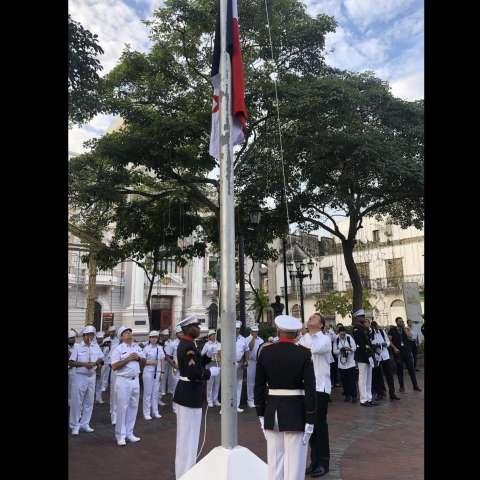 El presidente la  República, Juan Carlos Varela izó la bandera nacional a media asta en la Plaza Independencia durante los actos protocolares en conmemoración de los 55 años de la gesta patriótica del 9 de enero.