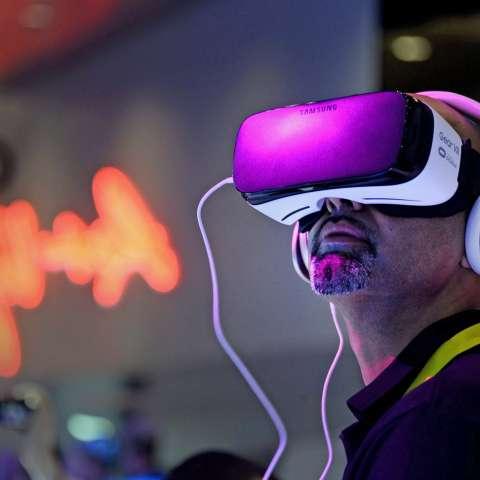 Un hombre prueba un par de gafas de realidad virtual durante la feria de tecnología CES en Las Vegas, Nevada (EE.UU.). EFE/PAUL BUCK