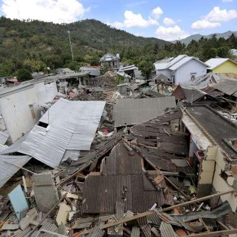 Las casas dañadas por un terremoto se ven en el norte de Lombok, Indonesia. AP