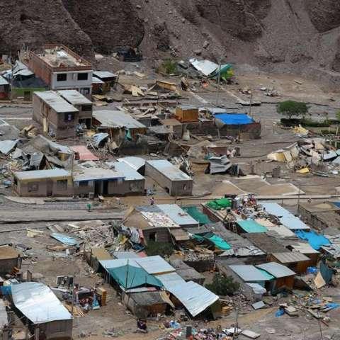 Fotografía aérea cedida este sábado por la Presidencia de Perú que muestra viviendas destruidas e inundadas por un deslizamiento de tierra en el distrito de Mirave, en la región surandina de Tacna (Perú). EFE
