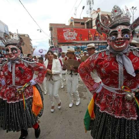 Bolivianos bailan la danza de La Diablada en la entrada del carnaval folclórico de Oruro.  EFE/Martin Alipaz